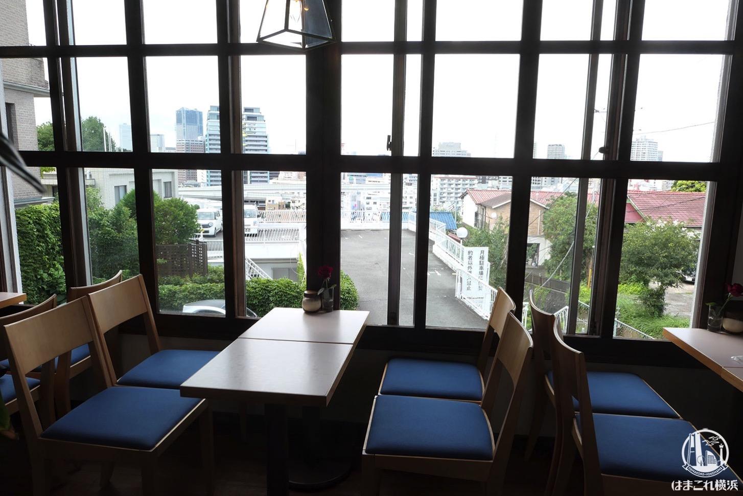 喫茶店「エレーナ」窓側の席