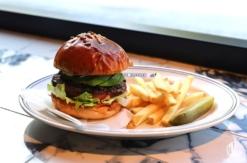横浜DeNAベイスターズ、ハマスタにハンバーガー専門店!メニューや店内お披露目