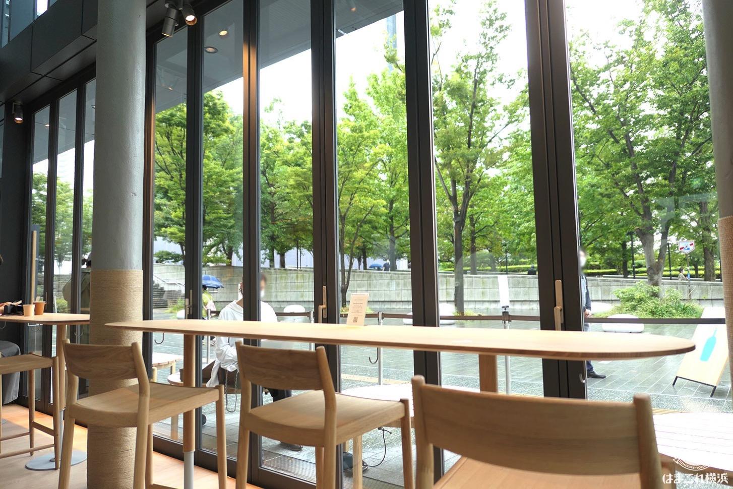ブルーボトルコーヒーみなとみらいカフェ 窓側のカウンター席から見える緑