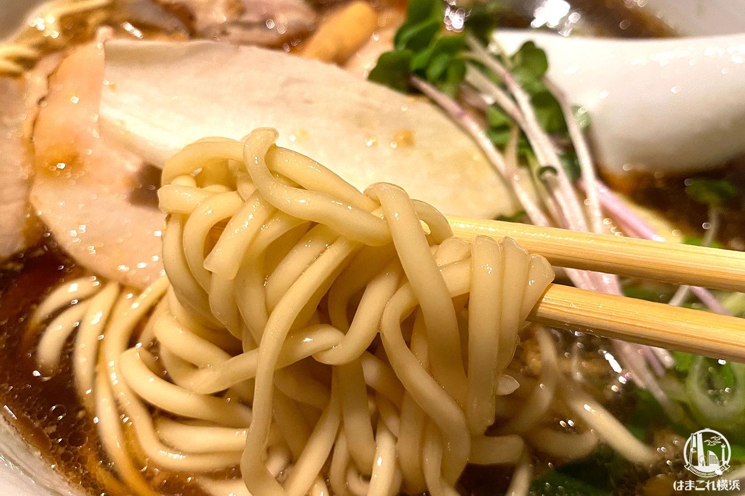 横浜・弘明寺「ロ麺ズ」醤油ラーメン 楕円の麺