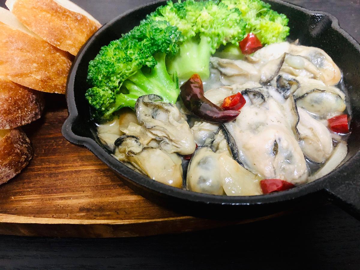 牡蠣のアヒージョ パン付き(1,200円)