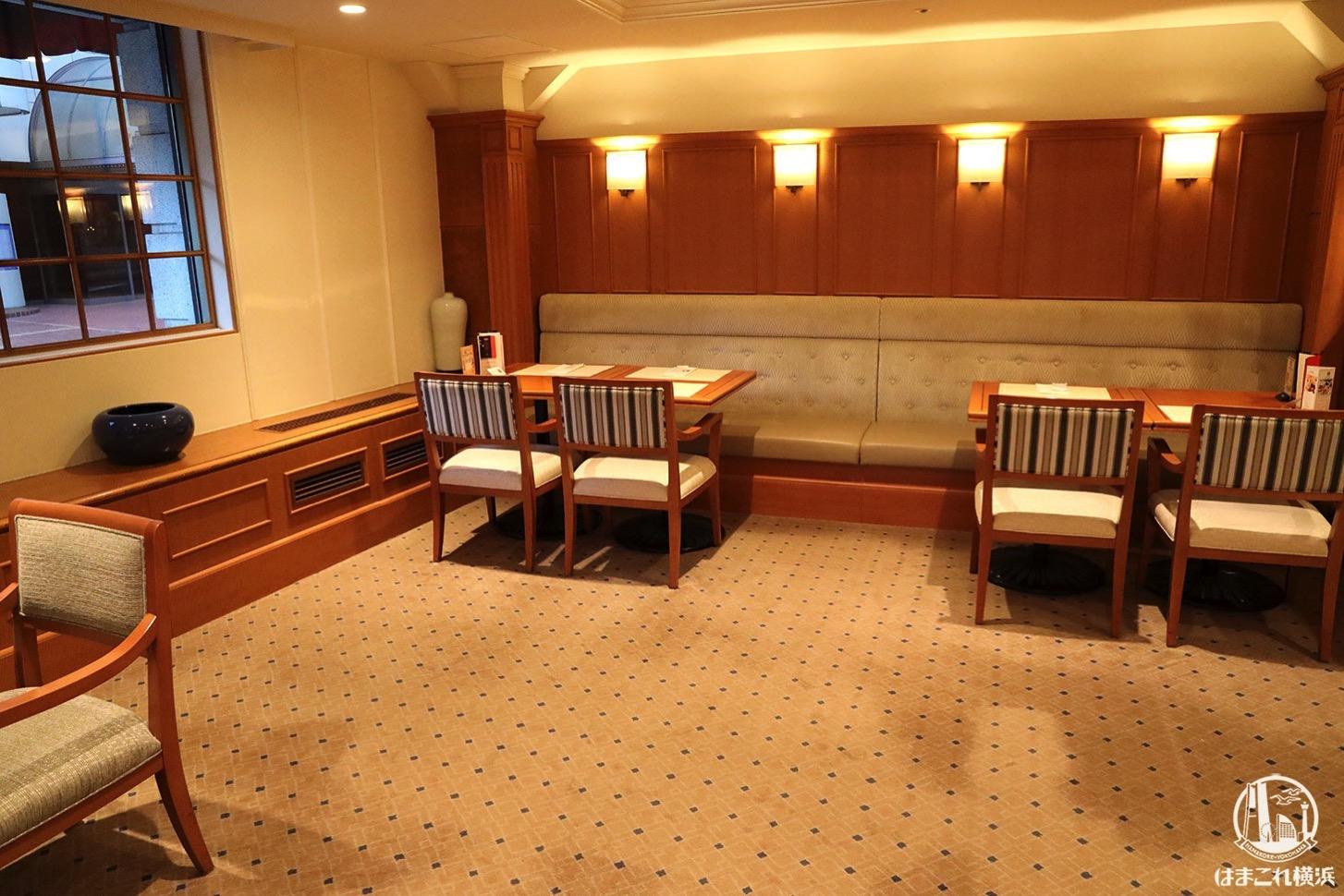 ホテルニューグランド本館1階の「ザ・カフェ」店内