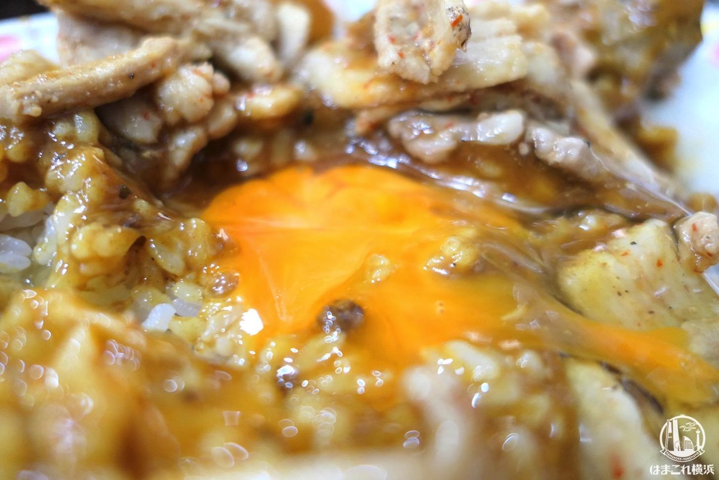 スタミナカレー生卵入 崩した生卵