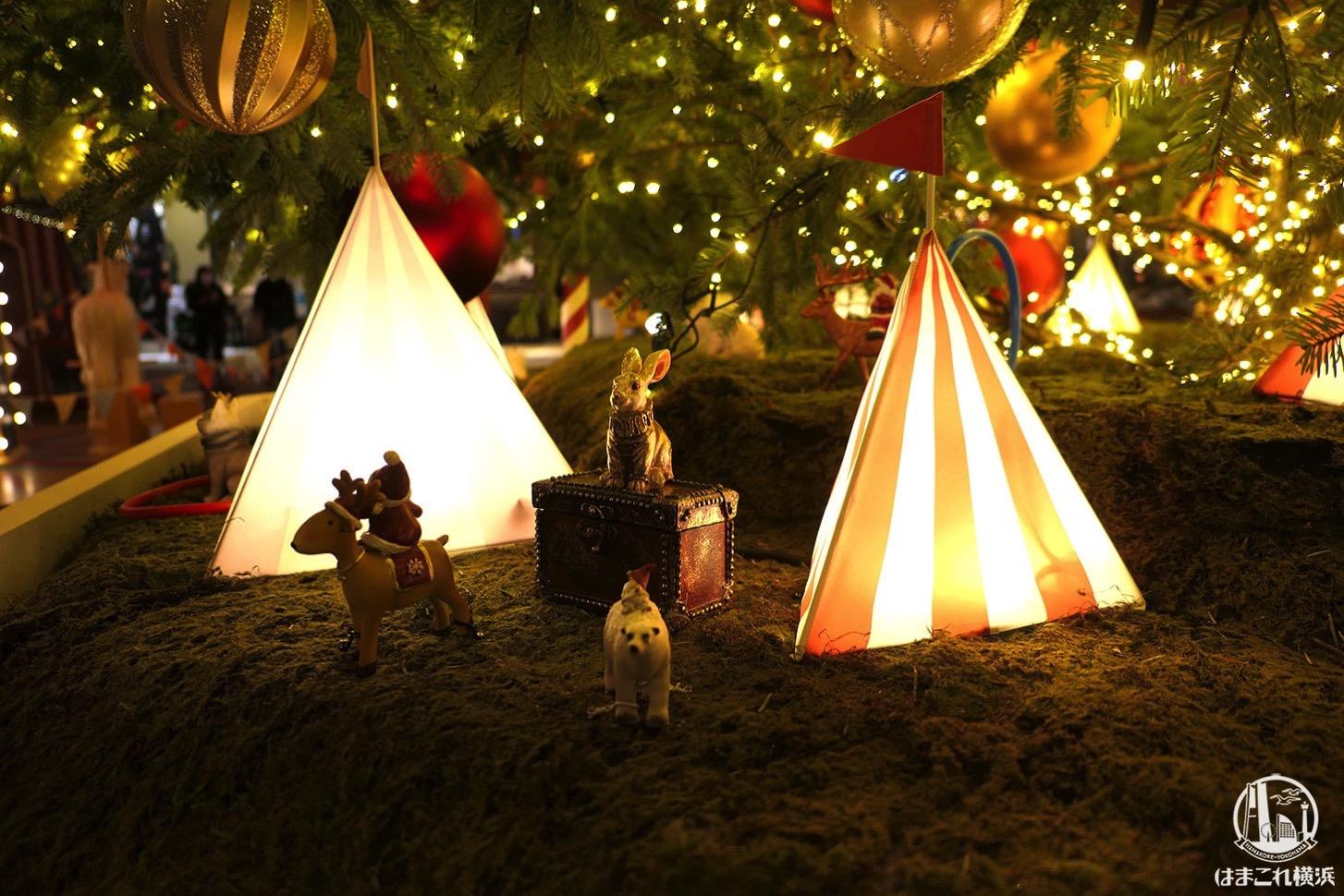 ライトアップしたクリスマスツリー 根元の街並み