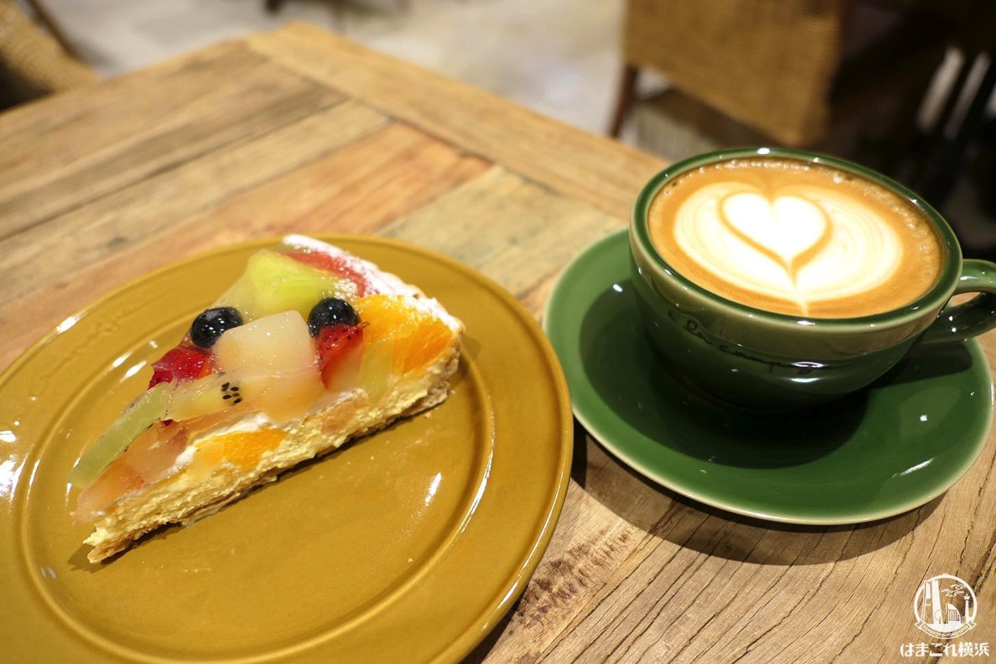 フルーツタルトとカフェラテ