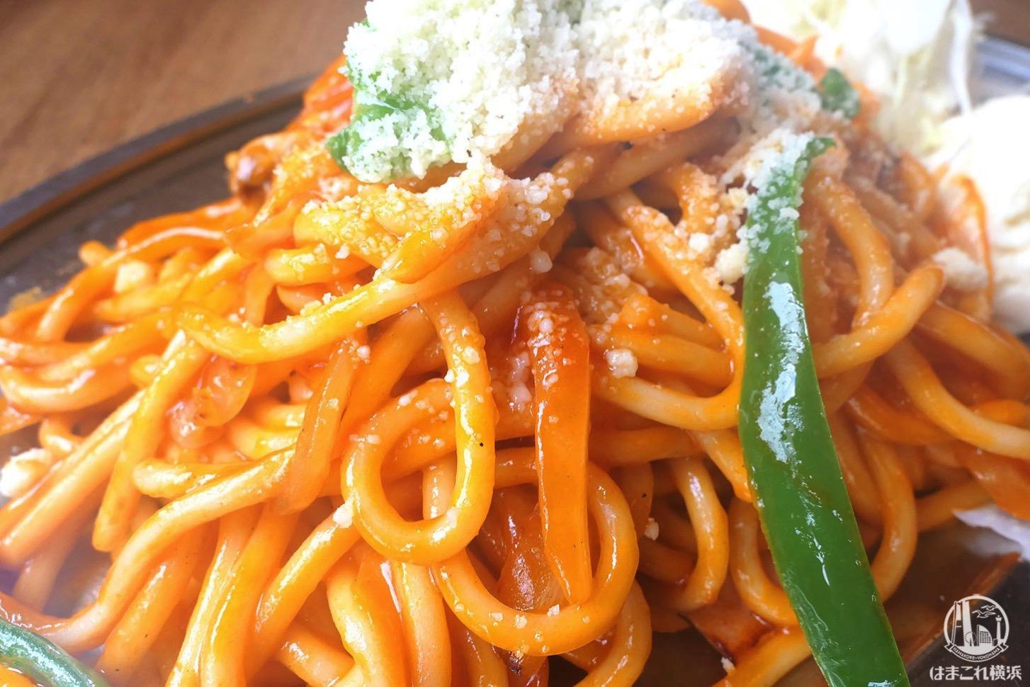 太麺のスパゲティとオリジナルソース