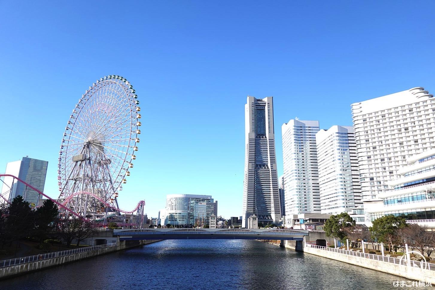 横浜ランドマークタワーと大観覧車と国際橋