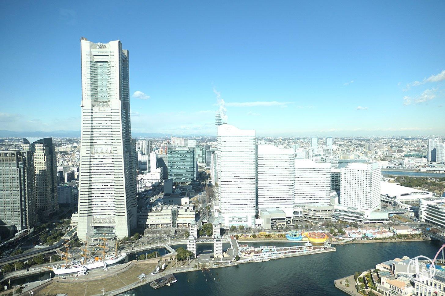 ザ・タワー横浜北仲 無料展望フロアから見た横浜ランドマークタワーとクイーンズスクエア横浜