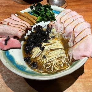 拉麺成・横浜港北でエレガントな煮干のラーメン体験!雨でも行列の人気店