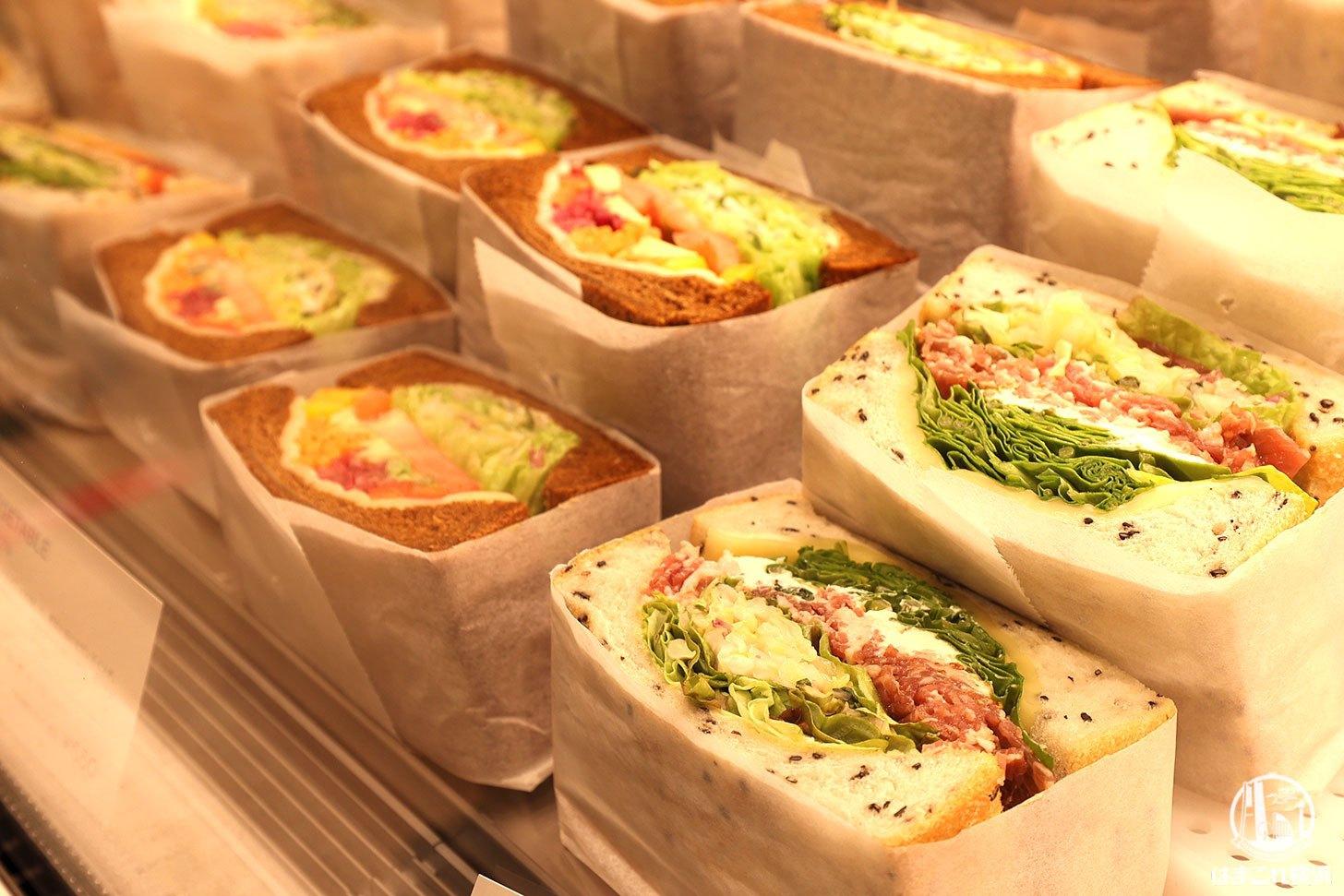 ファーロ ショーケースに並ぶ厚切りサンドウィッチ