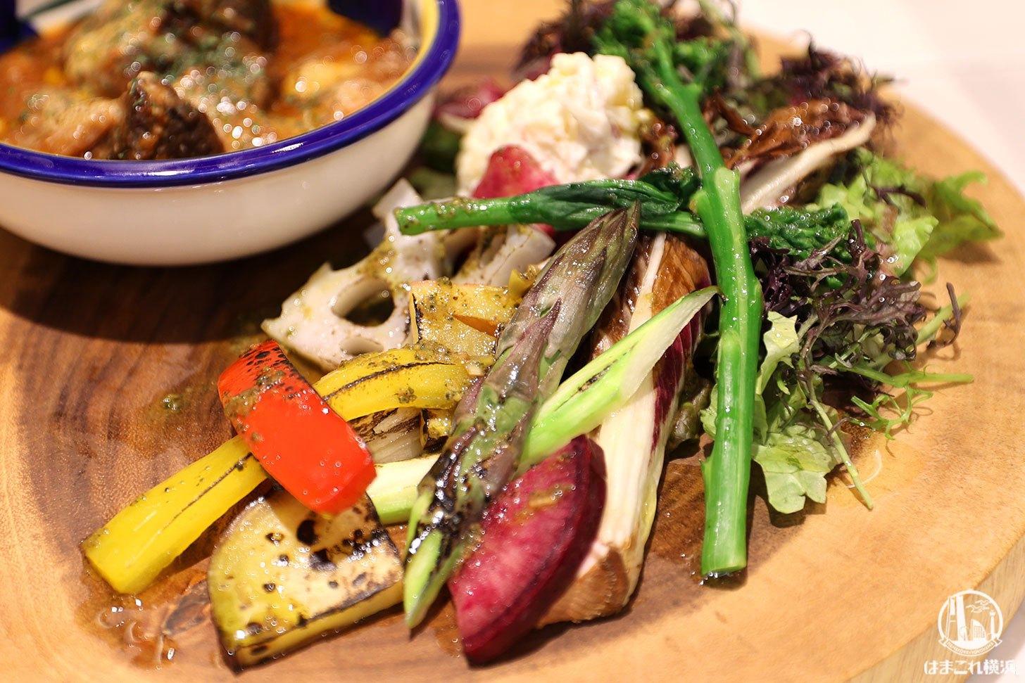 国産牛ほほ肉のやわらかトマト煮込み バジルのソースと野菜