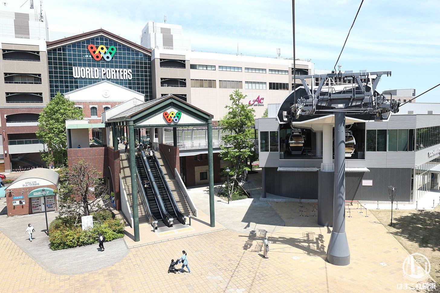 ロープウェイ(桜木町駅から運河パーク駅)から見た運河パークの駅舎