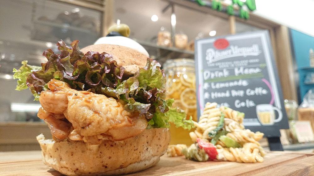 横浜高島屋「シゲルキッチン」に鶏もも肉をサンドした豪快バーガー新登場!
