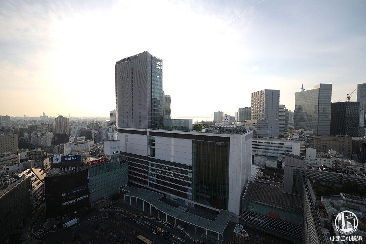 ラグジュアリーフロア「デラックスルーム」から見た夜明けの横浜駅