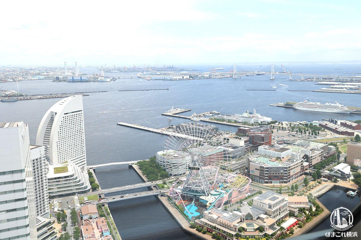 エントランスロビーとフロントから見た横浜の景色