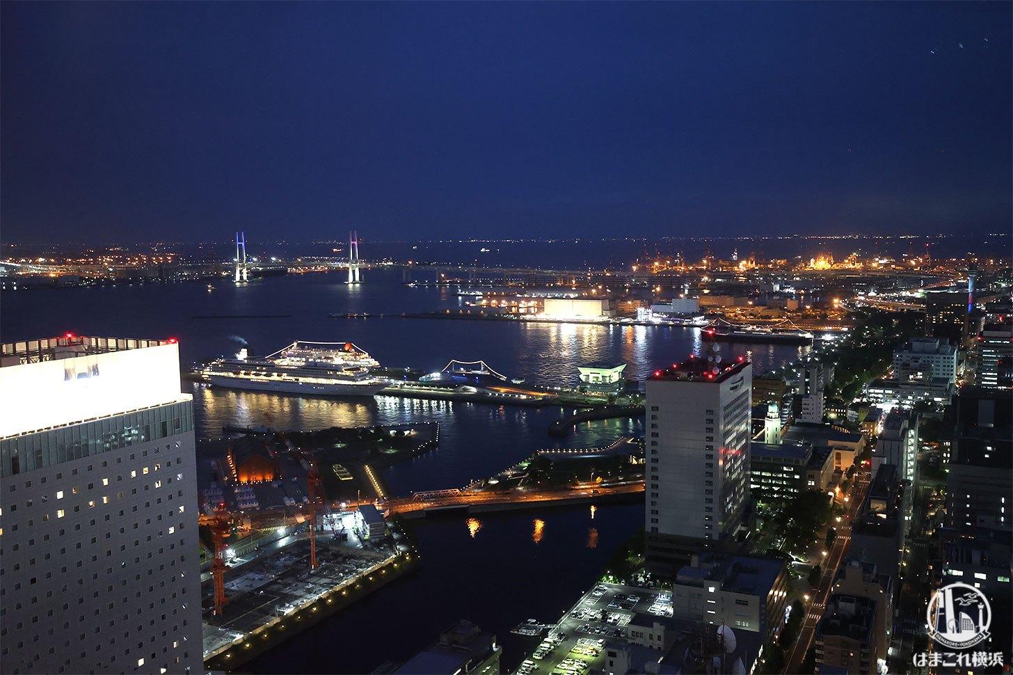 横浜北仲ノット無料展望台から見た横浜ベイブリッジの夜景