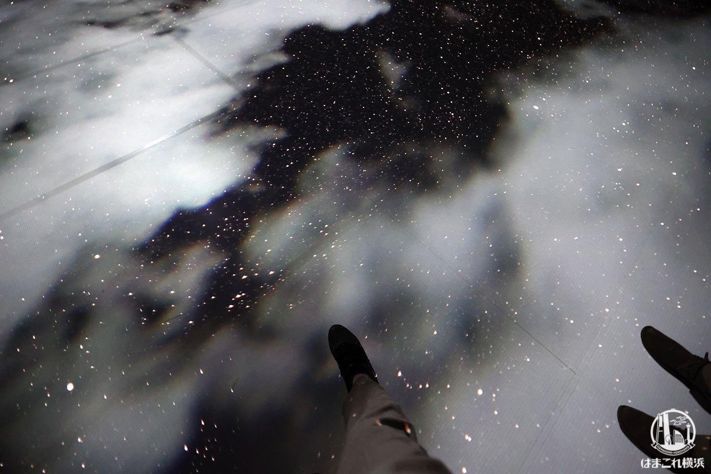 赤レンガ・アートプラネタリウム「星と歩く」足元