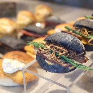 ベンハー・尾島商店のパン屋は惣菜パン豊富で焼豚バーガー絶品!横浜・桜木町駅至近