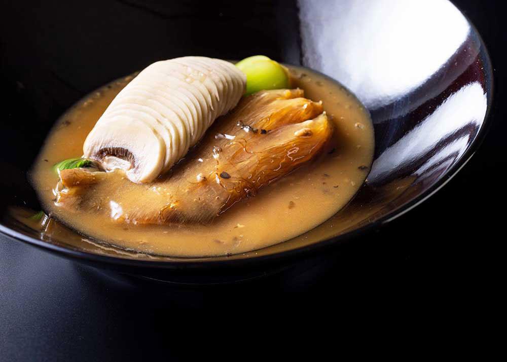 毛鹿鮫尾ビレの醤油煮込み~トリュフとマッシュルームの芳醇な香り~