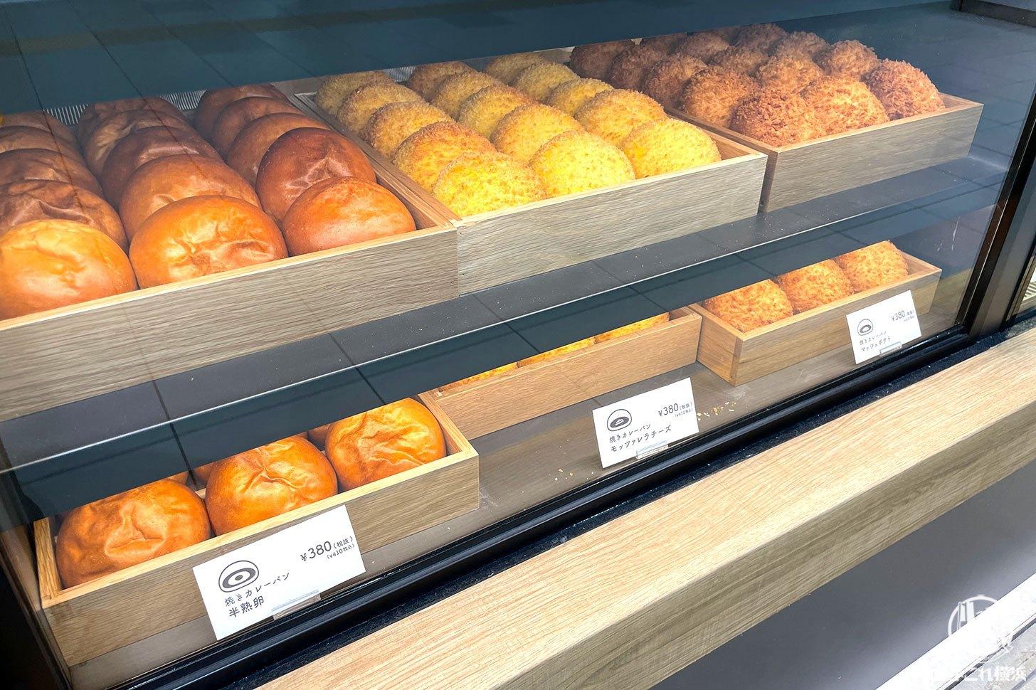エッグセレント横浜店 ショーケースに並ぶ焼きカレーパン