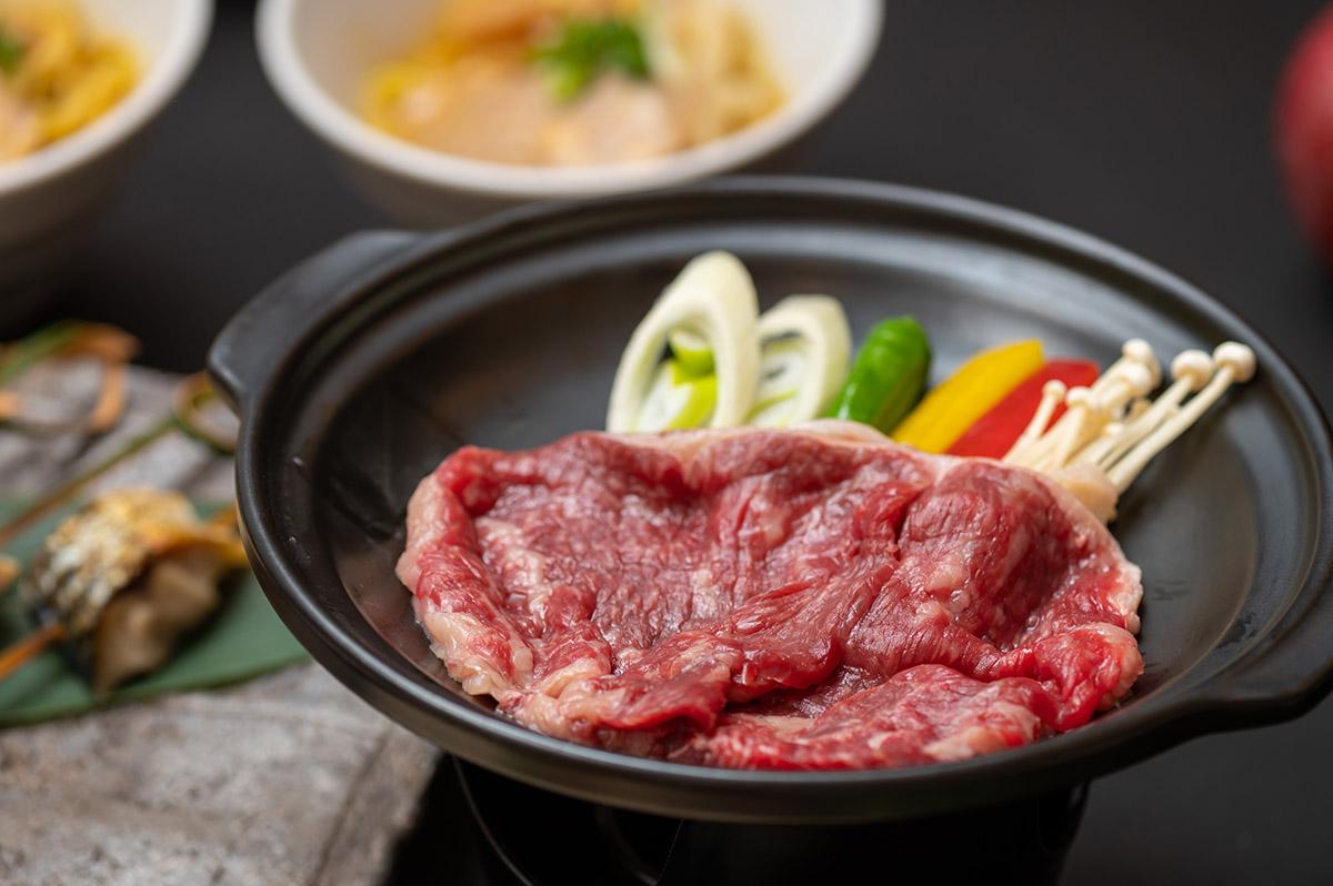 青森県産黒毛和牛の陶板焼き にんにくとりんごの特製ソース