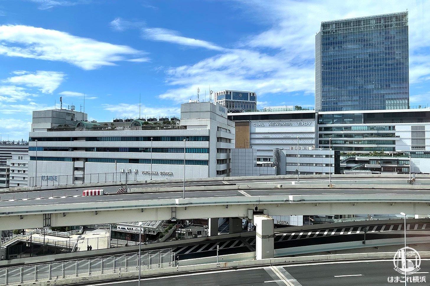 カフェメディオから見た横浜駅西口のJR横浜タワー